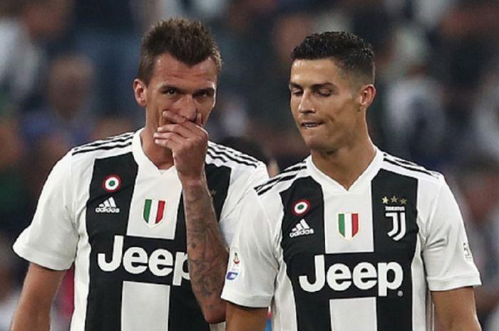 Dua penyerang Juventus, Mario Mandzukic dan Cristiano Ronaldo, dalam pertandingan melawan Napoli pada pekan ke-7 Liga Italia, Sabtu (29/9/2018) di Allianz Stadium, Turin.