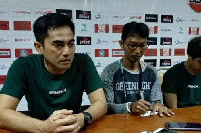 Pelatih PSS Sleman, Seto Nurdiantoro, didampingi Rangga Muslim pada sesi jumpa pers usai laga lawan Martapura FC di Stadion Demang Lehman pada Jumat (14/9/2018).