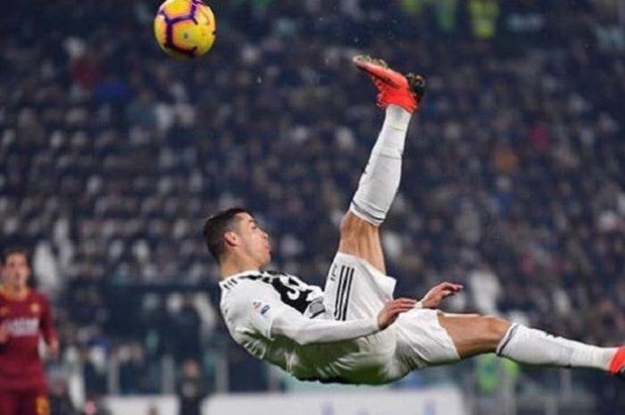 Bintang Juventus Cristiano Ronaldo beraksi akrobatik saat menghadapi AS Roma dalam Liga Italia, Minggu (23/12/2018) dini hari WIB, di Stadion Allianz, Turin.