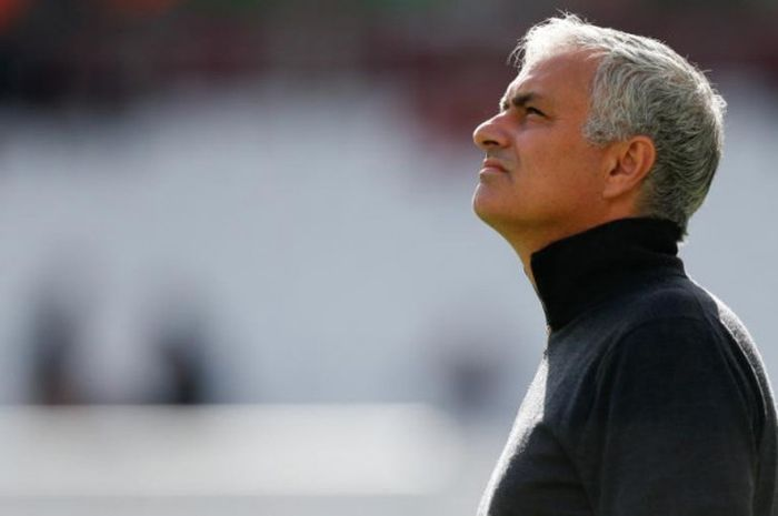 Ekspresi Jose Mourinho dalam sesi pemanasan jelang partai Liga Inggris antara West Ham United lawan Manchester United di London Stadium, 29 September 2018.
