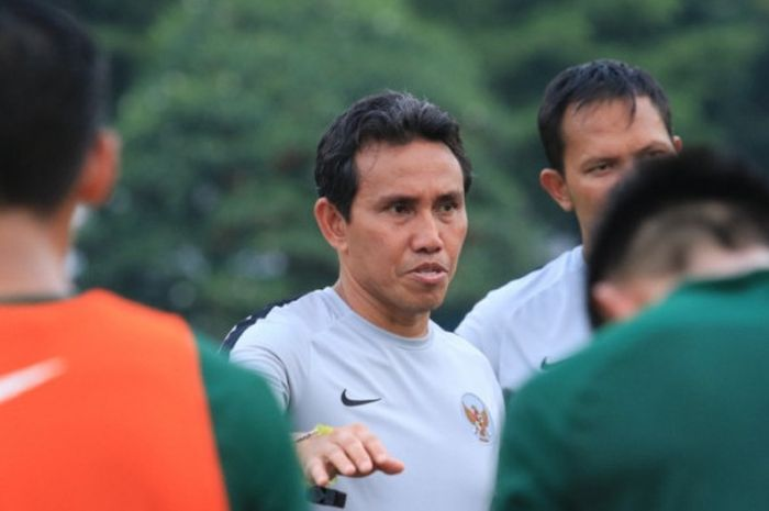 Pelatih timnas Indonesia, Bima Sakti memberikan arahan saat latihan di Stadion Universitas Kasetsart
