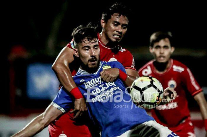 Maman Abdurrahman menjaga ketat Jonathan Bauman pada laga Persija Jakarta melawan Persib Bandung di Stadion PTIK, Jakarta, Sabtu (30/6/2018).