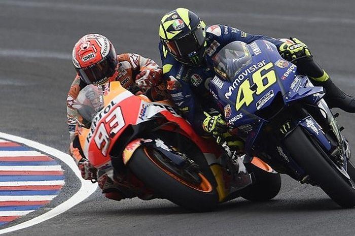Marc Marquez dan Valentino Rossi bersaing ketat di tikungan.