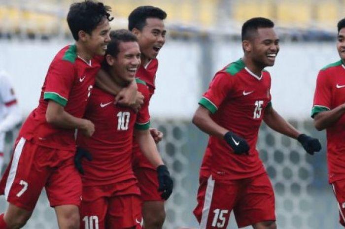 Suka cita para pemain timnas U-19 Indonesia; Muhammad Luthfi, Egy Maulana Vikri, Nurhidayat Haji Haris, Saddil Ramdani, dan Asnawi Mangkualam (dari kiri ke kanan) seusai mencetak gol ke gawang timnas U-19 Timor Leste pada laga kedua Grup F Kualifikasi Piala Asia U-19 2018 di Stadion Paju, Korea Selatan, 2 November 2017.