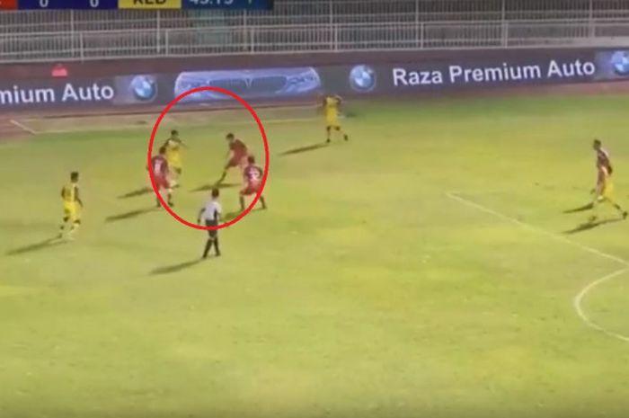 Andik Vermansah saat dikepung oleh pemain Kelantan FA.