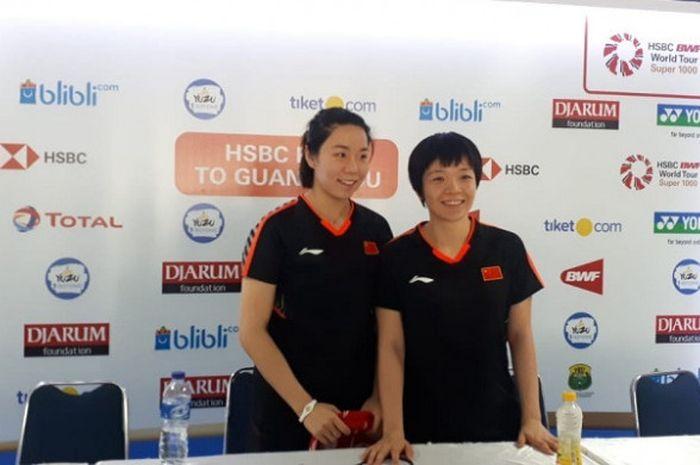 Pasangan ganda putri China, Chen Qingchen/Jia Yifan, berpose setelah memastikan memastikan diri ke babak perempat final Indonesia Open 2018 yang berlangsung di Istora Senayan, Jakarta, Kamis (5/7/2018).