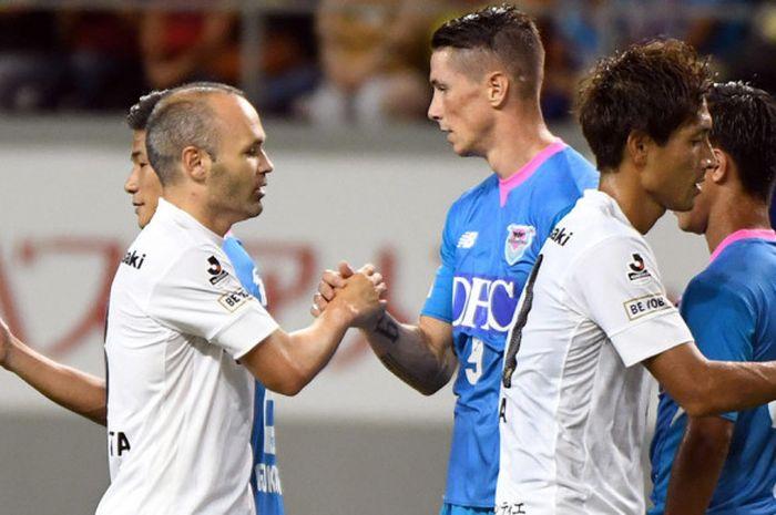 Jabat tangan dua pemain Spanyol, Fernando Torres dari Sagan Tosu, dan Andres Iniesta (kiri) dari Vis