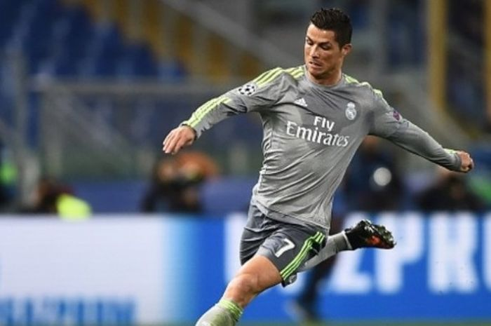 Penyerang Real Madrid, Cristiano Ronaldo, melepas tembakan ke arah gawang AS Roma dalam duel Liga Champions di Olimpico, 17 Februari 2016.