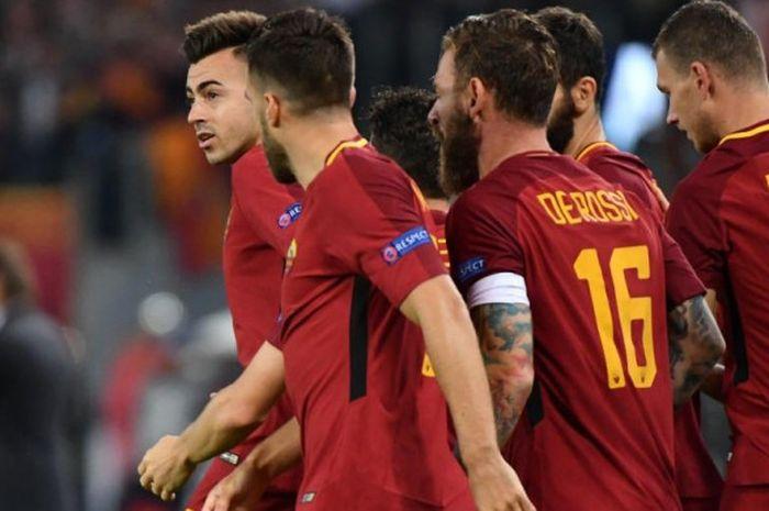 Penyerang AS Roma, Stephan El Shaarawy (kiri), merayakan gol ke gawang Chelsea bersama rekannya dalam partai Liga Champions di Stadion Olimpico, Roma, 31 Oktober 2017.