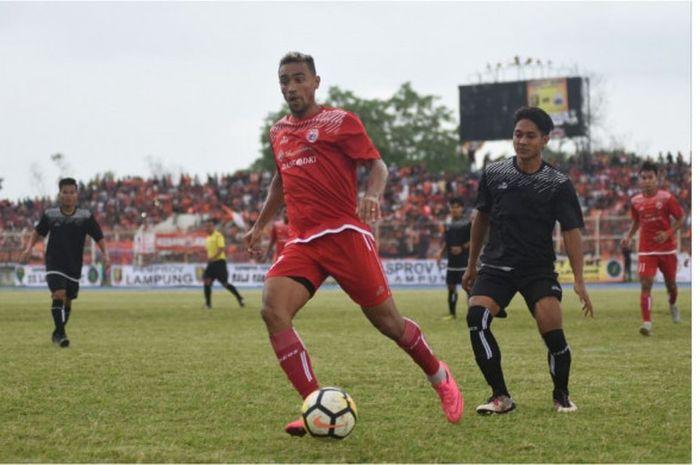 Aksi pemain anyar Persija Jakarta, Bruno Oliveira de Matos alias Bruno Matos pada laga amal babak pe