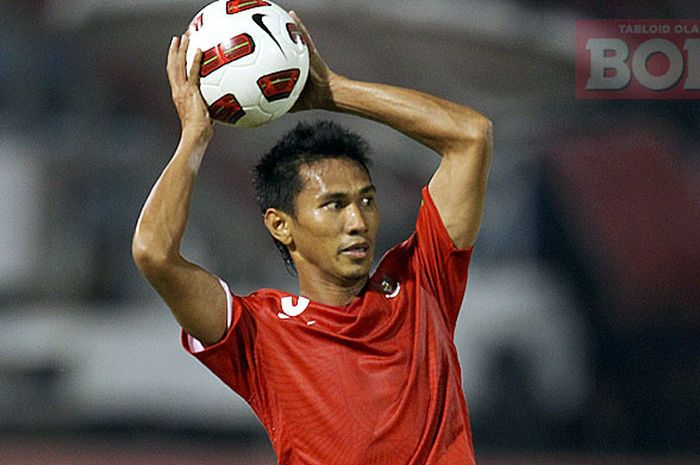 Bek timnas Indonesia, Zulkifli Syukur, melakukan lempara ke dalam pada laga uji coba melawan Palestina di Stadion Manahan, Solo, Jawa Tengah, Senin (22/8/2011).