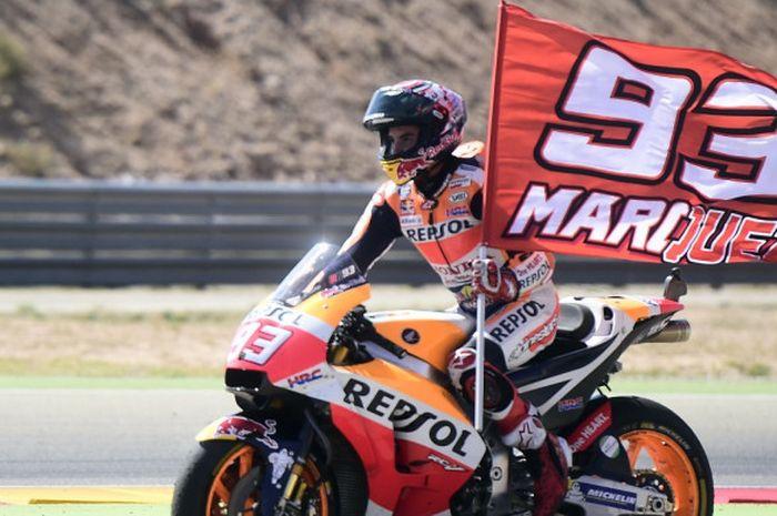 Pebalap Repsol Honda dari Spanyol, Marc Marquez, melakukan selebrasi seusai menjuarai GP Aragon yang berlangsung di MotorLand Aragon, Alcaniz, Minggu (24/9/2017).