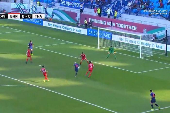 Pemain timnas Thailand, Chanathip Songkrasin, mencetak gol ke gawang timnas Bahrain dalam laga kedua Grup A Piala Asia 2019 di Stadion Al Maktoum, Kamis (10/1/2019).