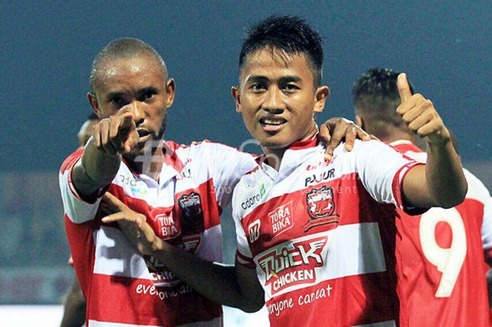 Pemain sayap Madura United, Bayu Gatra, melakukan selebrasi seusai mencetak gol ke gawang Barito Putera pada laga perdana Liga 1 2018 di Stadion Gelora Ratu Pamelingan, Pamekasan, Madura, Senin (26/03/18).