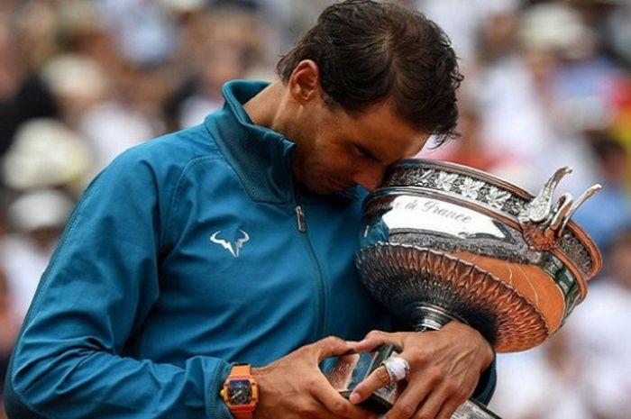 Ekspresi Rafael Nadal (Spanyol) saat memeluk piala usai memenangkan partai final sektor tunggal putra Roland Garros 2018, Minggu (10/6/2018).
