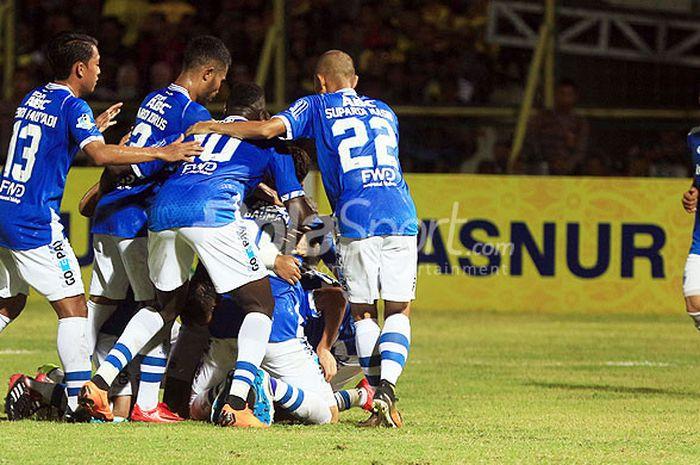 Pemain Persib Bandung merayakan gol yang dicetak Oh In-kyun saat melawan Barito Putera dalam lag
