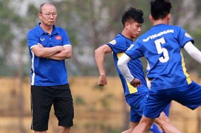 Pelatih timnas U-23 Vietnam, Park Hang-seo mengamati anak-anak asuhnya berlatih.