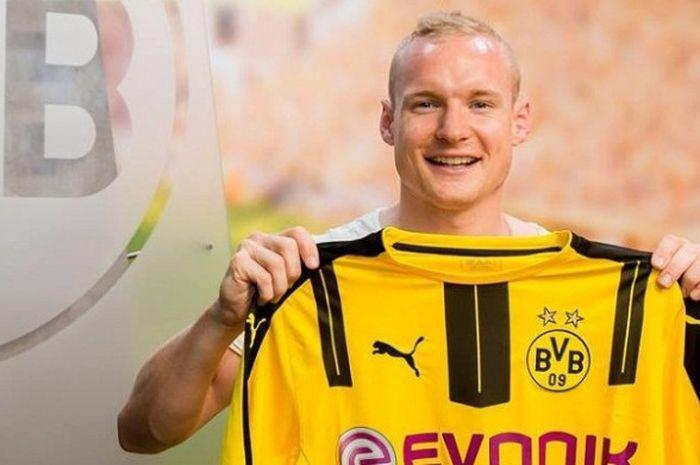 Gelandang bertahan Bayern Muenchen, Sebastian Rode, resmi bergabung ke Borussia Dortmund pada Senin (6/6/2016).