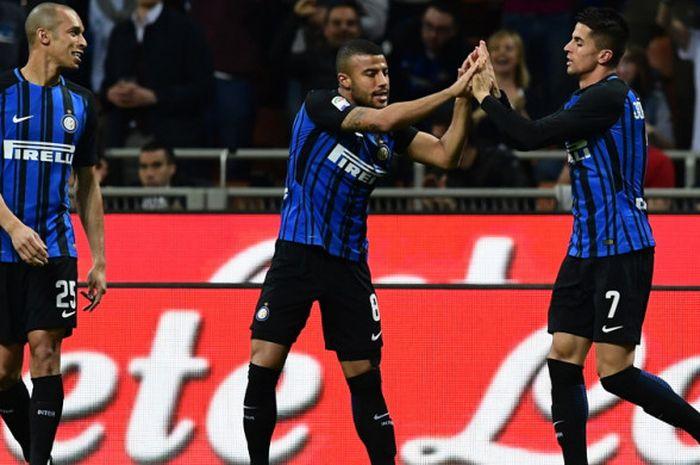 Selebrasi bek sayap Inter Milan, Joao Cancelo (kanan), seusai berhasil mencetak gol ke gawang Cagliarid alam laga Liga Italia 2017-2018 di Stadion Giuseppe Meazza, Milan, Italia, pada Selasa (17/4/2018).