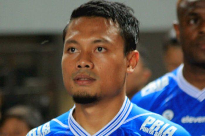 Gelandang Persib, Dedi Kusnandar sebelum sepak mula laga Persib vs PSIS di Stadion Gelora Bandung La