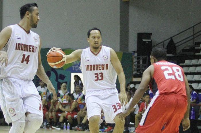 Pebasket putra nasional, Arki Dikania Wisnu (tengah), sedang mendribel bola saat menghadapi Timor Leste pada laga test event Asian Games 2018 di Hall Basket, Senayan, Jakarta, Kamis (8/2/2018).