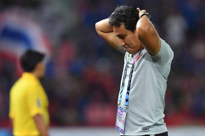 Ekspresi kekecewaan Bima Sakti usai Indonesia dikalahkan Thailand dengan skor 2-4 dalam  lanutan laga grup B Piala AFF 2018, di Stadion Rajamangala, Sabtu (17/11/2018).