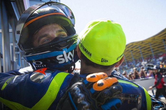 Valentino Rossi memeluk sang adik, Luca Marini, yang berhasil meraih podium pertamanya saat balapan Moto2 GP Jerman di Sirkuit Sachsenring, Jerman, Minggu (15/7/2018).
