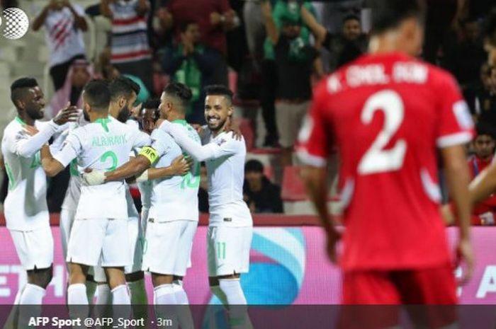 Para pemain timnas Arab Saudi (kiri) merayakan gol ke gawang timnas Korea Utara dalam partai Piala Asia 2019 Grup E di Maktoum bin Rashid Al Maktoum Stadium, Dubai