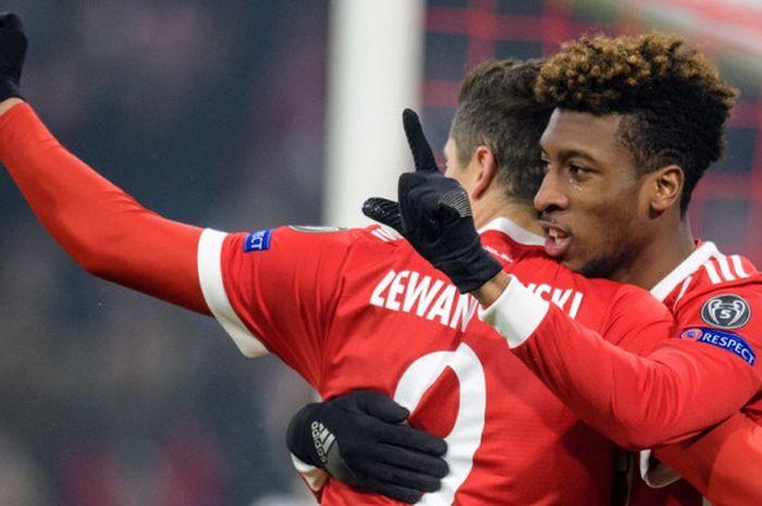 Striker Bayern Muenchen, Robert Lewandowski (kiri), merayakan golnya bersama Kingsley Coman dalam la
