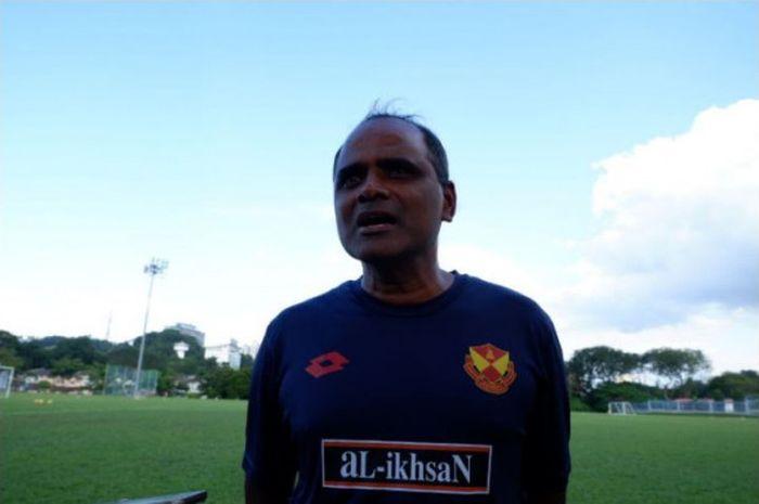 Platih Selangor FA, P Maniam, memberikan keterangan pada Bolasport.com di sela latihan tim di Lapang