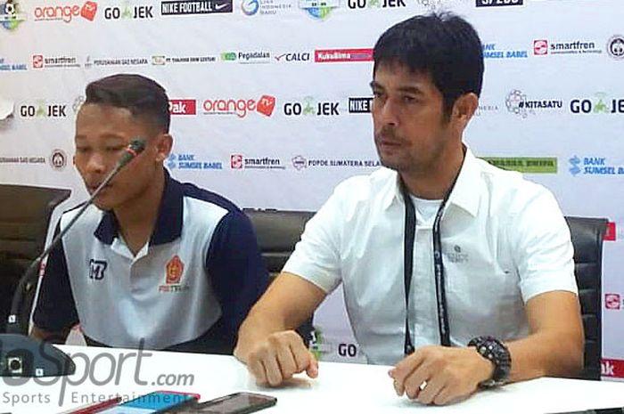 Pelatih PS Tira, Nilmaizar, berbicara kepada media dalam jumpa pers usai laga melawan Sriwijaya FC dalam laga lanjutan Liga 1 2018 di Stadion Gelora Sriwijaya Jakabaring, Jumat (6/7/2018).
