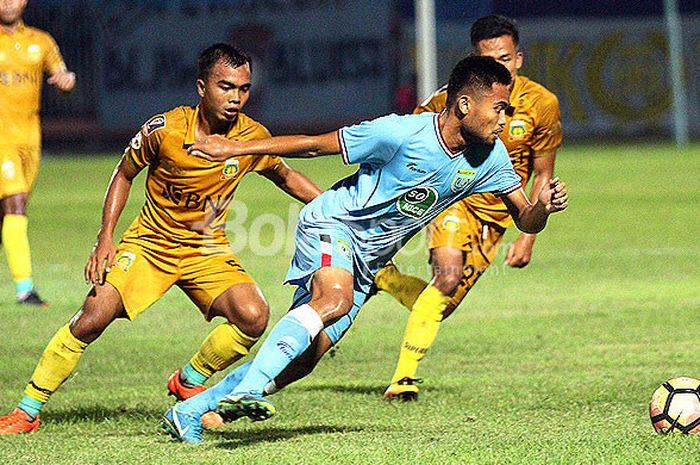 Gelandang Persela Lamongan, Saddil Ramdani (depan), berupaya lepas dari pengawalan pemain Bhayangkara FC dalam laga turnamen Jakajaya Friendly Game 2018 di Stadion Surajaya Lamongan, Rabu (14/3/2018).