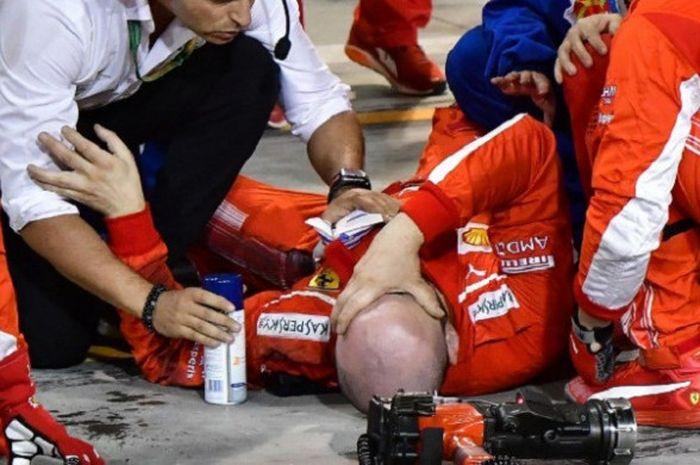 Mekanik Scuderia Ferrari, Francesco Cigarini, mengalami cedera serius. Tulang kaki kirinya patah setelah tergilas mobil Kimi Raikkonen pada balapan GP Bahrain, Minggu (8/4/2018).
