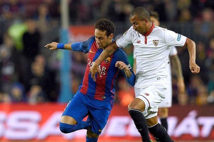 Gelandang Sevilla, Steven N'Zonzi (kanan), mengawal gerakan penyerang Barcelona, Neymar, dalam laga lanjutan La Liga 2016-2017 di Stadion Camp Nou, Barcelona, (5/4/2017).
