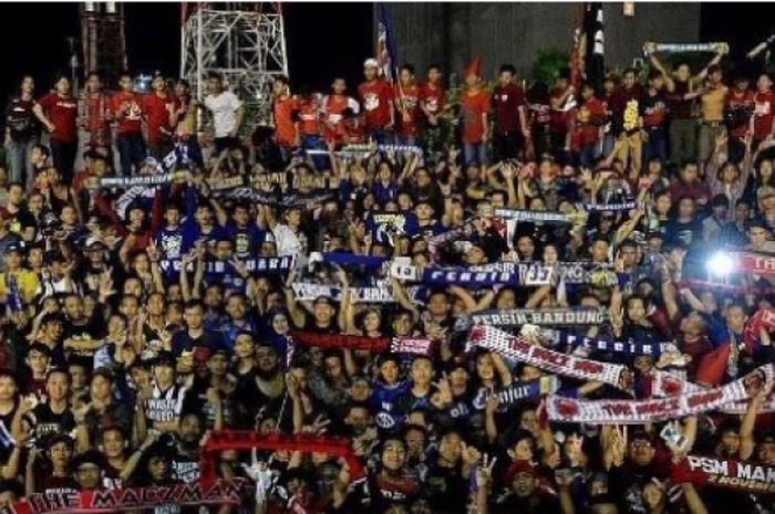 Ratusan bobotoh berada dalam satu tribun dengan suporter PSM Makassar, The MaczMan pada laga PSM Ma