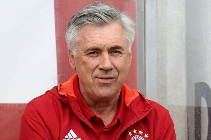 Pelatih Bayern Muenchen, Carlo Ancelotti, mendampingi timnya sebelum laga persahabatan kontra Lippstadt, 16 Juli 2016.