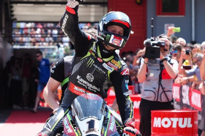Pebalap Kawasaki Racing, Jonathan Rea, merayakan kemenangannya pada Race 2 dari World Superbike seri Italia di Sirkuit Imola (13/5/2018).