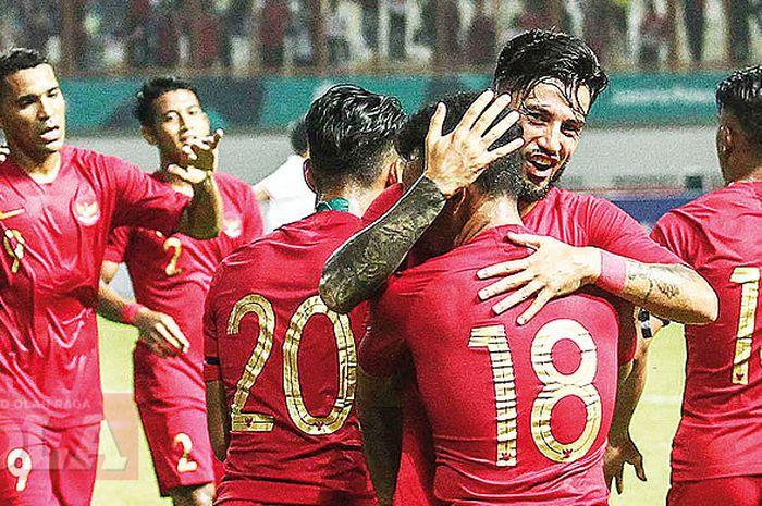 Suasana perayaan gol pada laga uji coba antara timnas Indonesia melawan timnas Myanmar di Stadion Wibawa Mukti, Cikarang, Jawa Barat. Rabu (10/10/18).