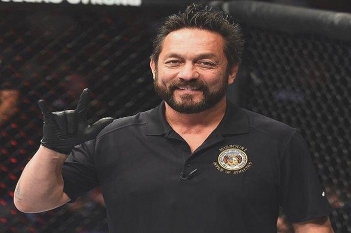 Salah satu wasit MMA veteran yang kerap bertugas di ajang UFC, Mario Yamasaki.