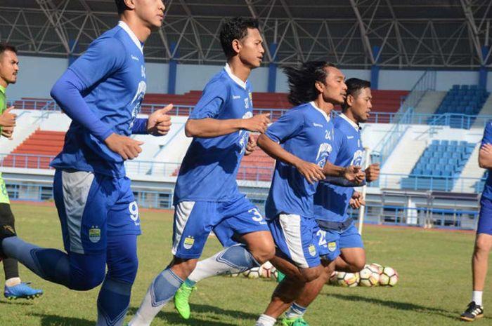 Latihan perdana Persib Bandung pasca libur Lebaran, para pemain langsung digenjot fisik.