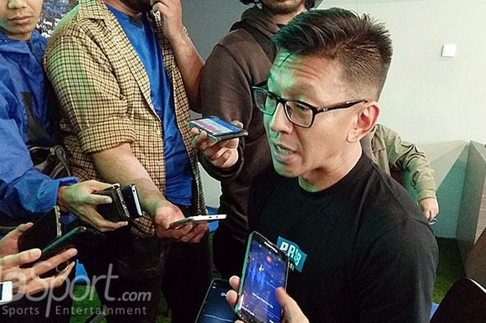 Direktur PT Persib Bandung Bermartabat, Teddy Tjahjono, berbicara kepada wartawan di Graha Persib, J