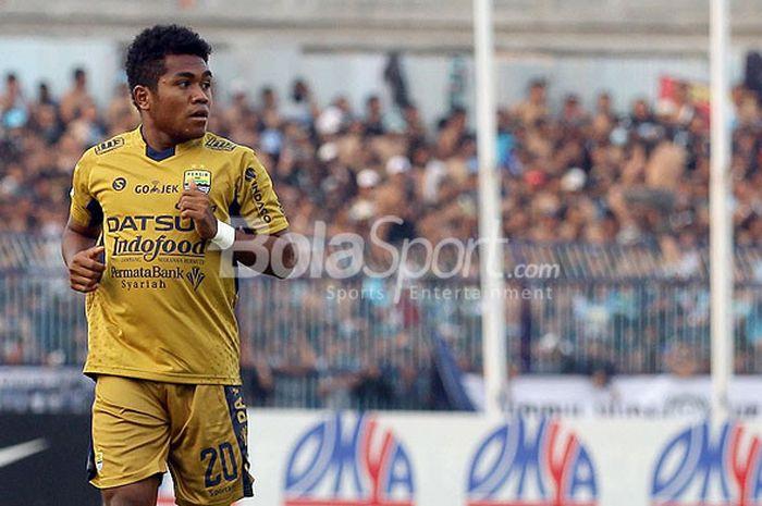 Pemain muda Persib Bandung, Billy Keraf, saat tampil melawan Persela Lamongan dalam laga pekan ke-31 di Stadion Surajaya Malang, Jawa Timur, Minggu (22/10/2017) sore.