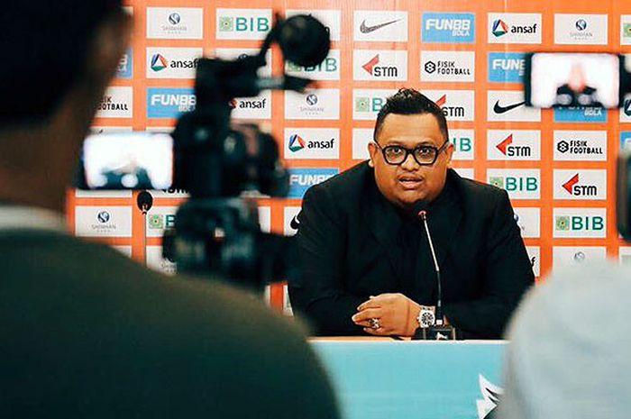 Presiden klub Borneo FC, Nabil Husein, berbicara kepada media saat memperkenalkan Dejan Antonic (ki