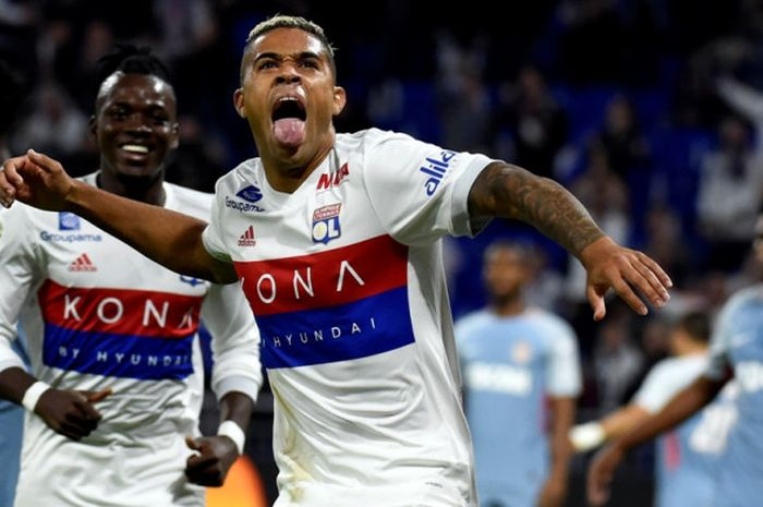 Striker Olympique Lyon, Mariano Diaz, merayakan gol yang dia cetak ke gawang AS Monaco dalam laga Liga Prancis di Stadion Groupama, Decines Charpieu, pada 13 Oktober 2017.