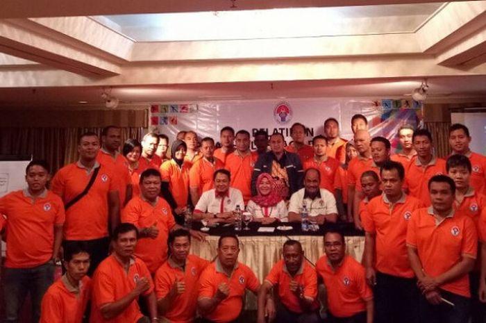 Asisten Deputi Peningkatan Tenaga dan Organisasi Keolahragaan Kemenpora Marheni Dyah Kusumawati (tengah) berpose usai membuka Pelatihan Nasional Pelatih Olahraga Disabilitas, Rabu (6/12/2017), yang berlangsung 5-9 Desember 2017 di Hotel Ambhara Blok M, Jakarta.