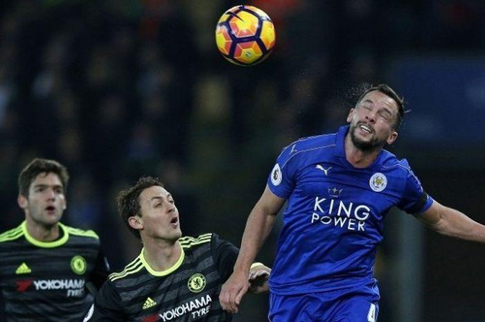 Gelandang Leicester City, Danny Drinkwater (kanan), berduel dengan gelandang Chelsea, Nemanja Matic (tengah), dalam laga Premier League di Stadion King Power, Sabtu (14/1/2017).