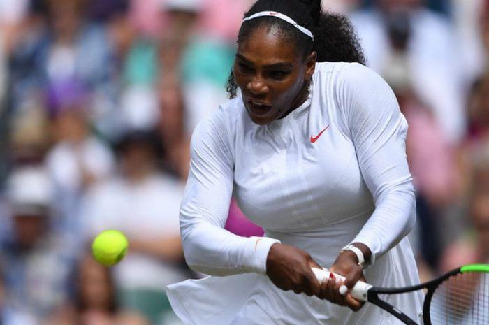 Petenis putri, Serena Williams, mengantisipasi bola saat bertanding melawan Camila Giorgi pada babak perempat final Wimbledon 2018 di The All England Lawn Club, London, Inggris, Selasa (10/7/2018).