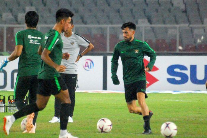 Pemain timnas Indonesia, Stefano Lilipaly, berlatih di Stadion Utama Gelora Bung Karno (SUGBK) pada Senin (12/11/2018) jelang laga Piala AFF 2018 kontra Timor Leste.