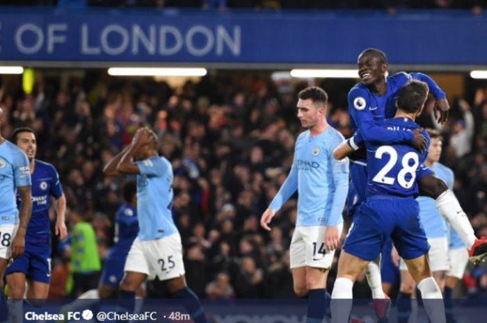 Gelandang Chelsea, N'Golo Kante (atas), merayakan gol yang dicetak ke gawang Manchester City dalam