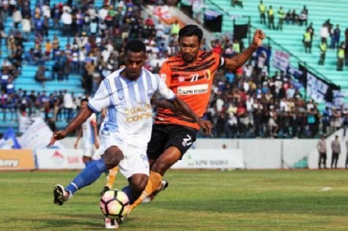 Striker PSIS Melkior Majefat menguasai bola dalam lanjutan Liga 2 melawan PPSM di Stadion Moch Soebrata, Magelang, Rabu (16/7/2017).